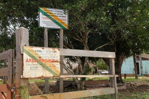 FUNAI sign prohibits entrance to Paiter Suruí's lands, foto: Ellen Slegers, 2014.