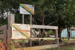 FUNAI sign prohibits entrance to Paiter Suruí's lands, foto: Ellen Slegers, 2014.